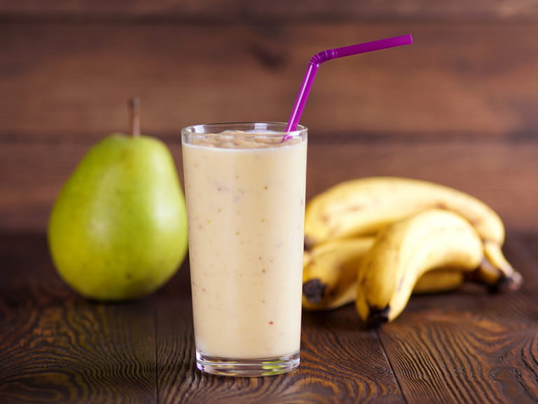 Heart-friendly pear and oatmeal smoothie