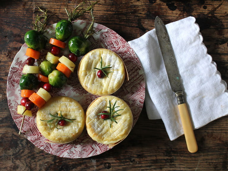 Baked camemberts with vegetable skewers