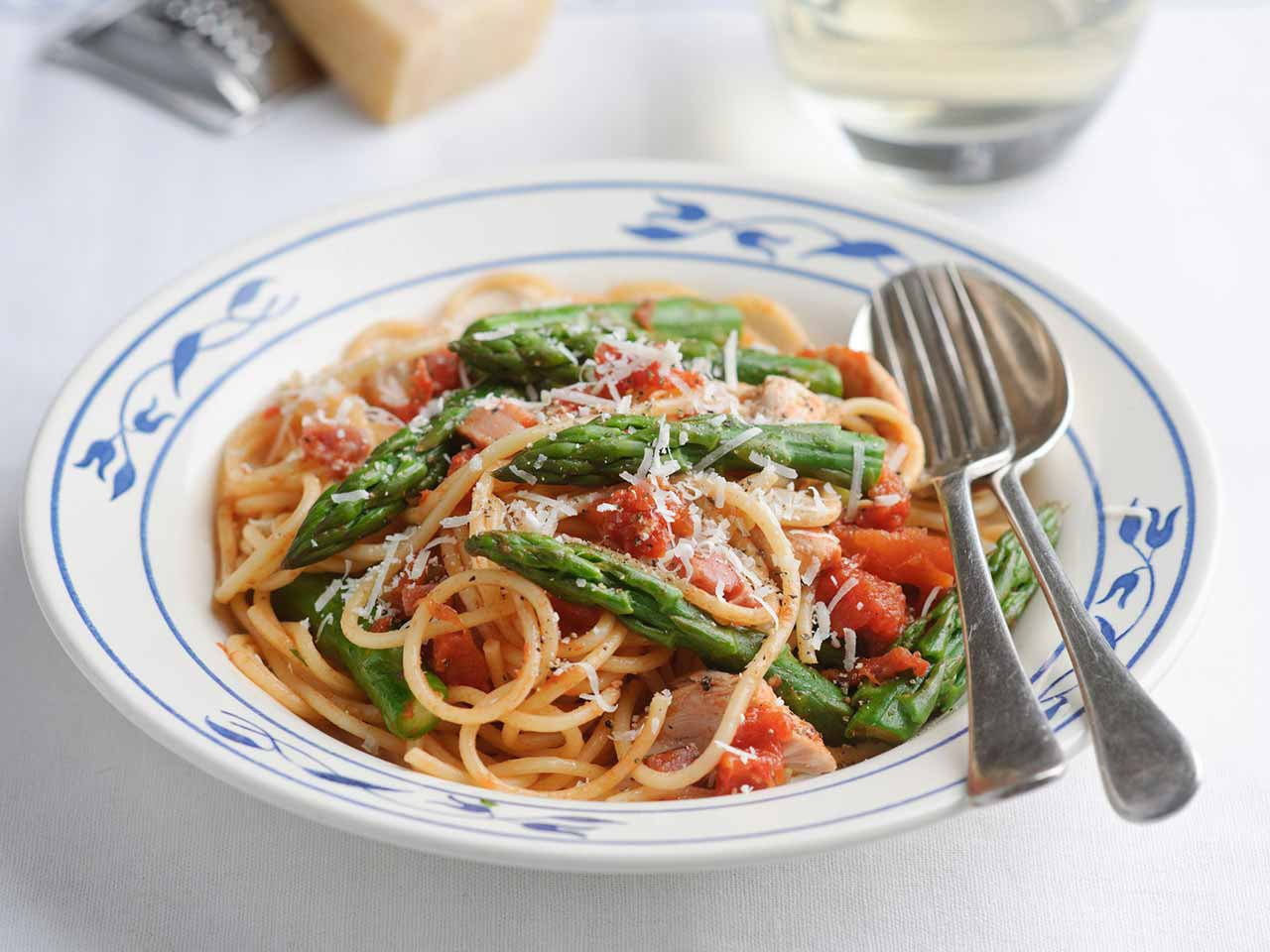 Spicy chicken and asparagus pasta