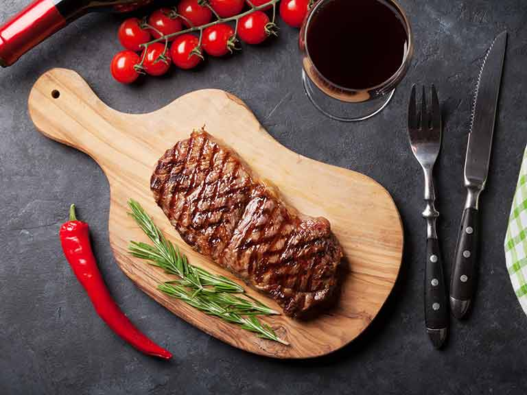 Steak with red wine, peppers and tomatoes