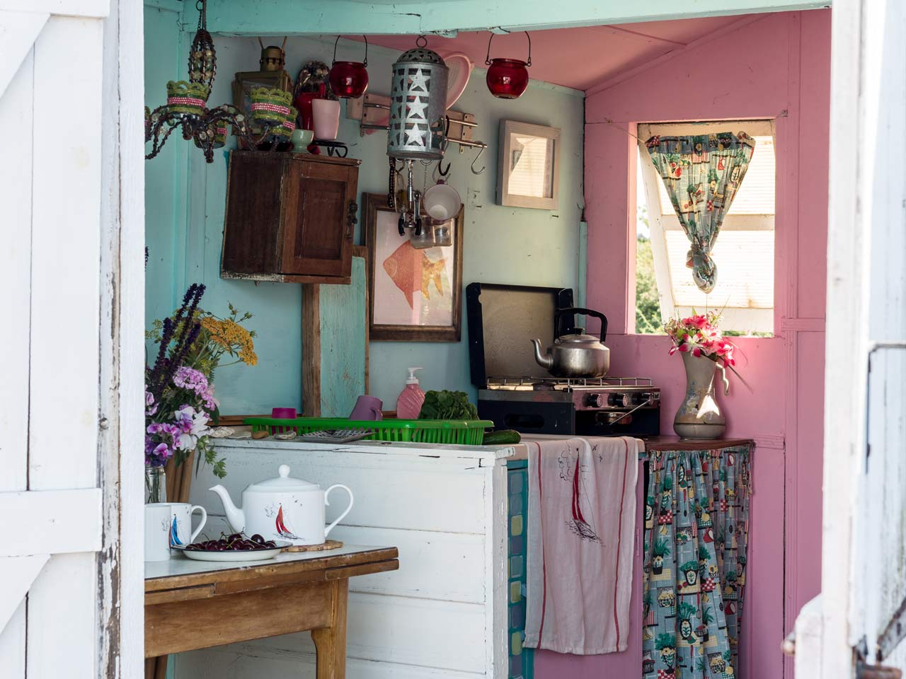 Emejing beach hut interior design ideas ideas decoration for Beach hut interior ideas
