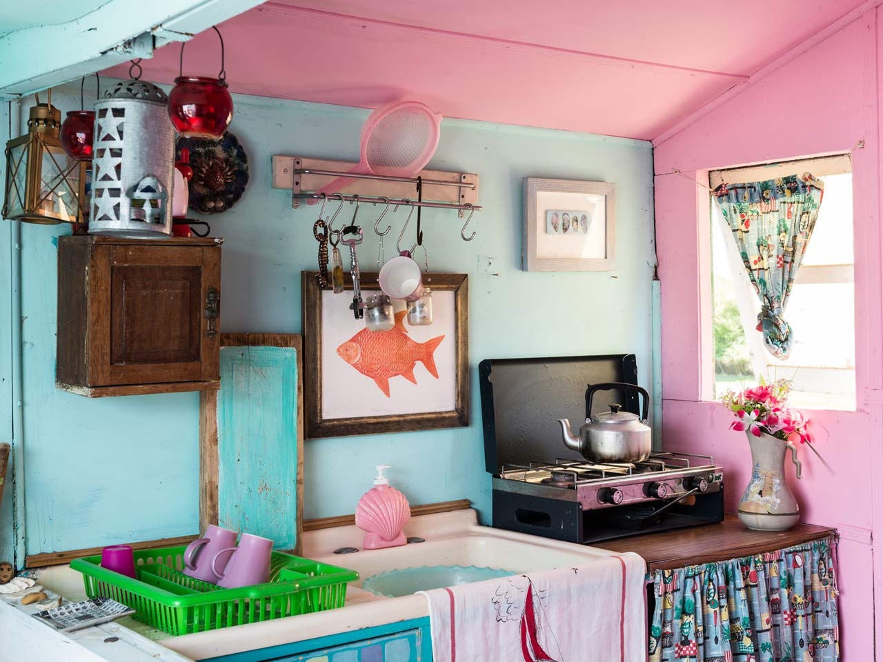 Interiors inside jo oakley 39 s beach hut saga for Beach hut interior ideas