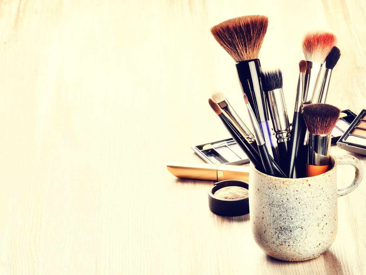 Makeup brushes for hiding dark circles and puffy eyes