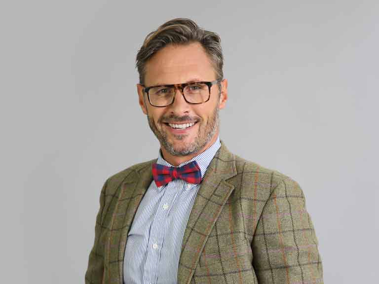 /contentlibrary/saga/publishing/verticals/style-and-beauty/mens-style/mens-festive-fashion/handsome-man-bow-tie-shutterstock_347011478-768x576.jpg