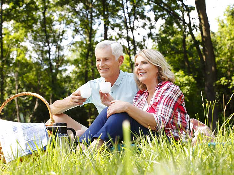 An older couple enioy a last-minute picnic